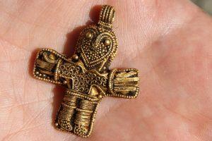 dnews-files-2016-03-Viking-crucifix-found-by-metal-detectorist-160318-jpg